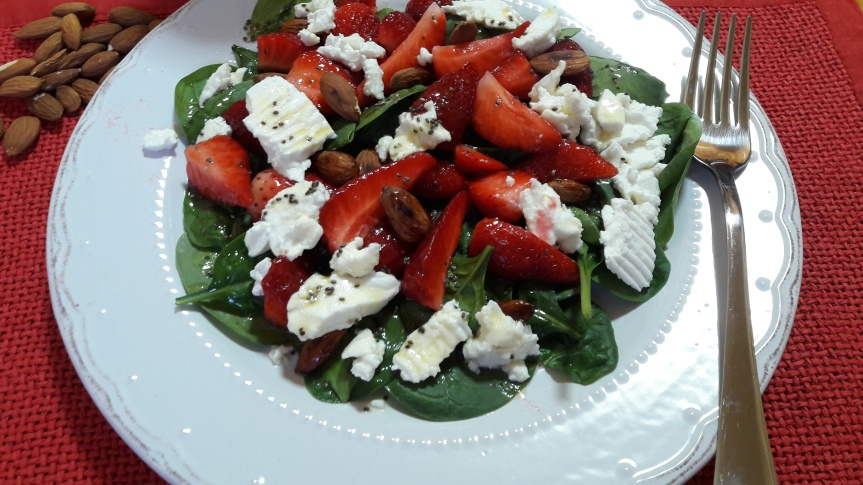 Proljetna salata od špinata, sira ijagoda