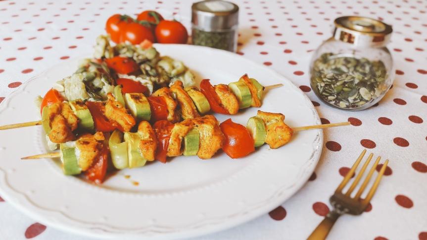 Pileći ražnjići s povrćem i tjestenina u umaku odavokada