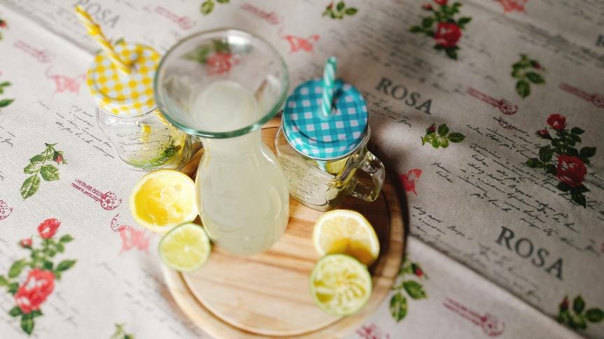 Osvježavajuće ljetno piće s limunom, limetom imentom