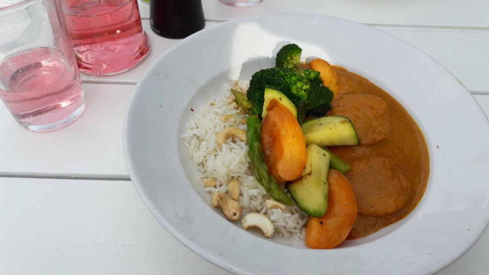 Curry s piletinom i marelicama serviran u tanjuru