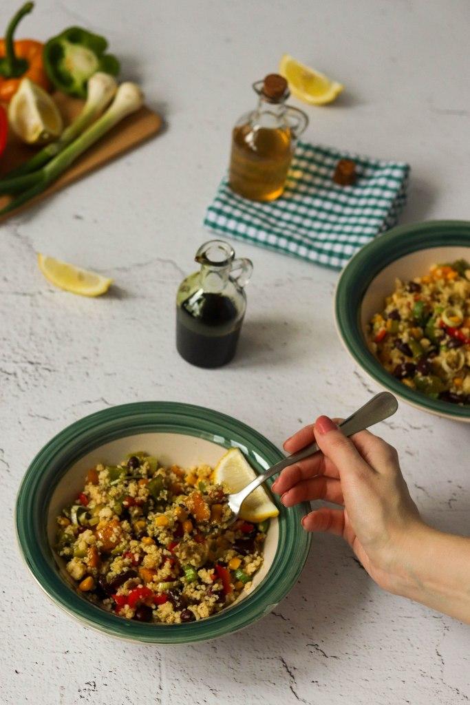 Kus-kus salata s grahom, kukuruzom, mladim lukom i paprikom