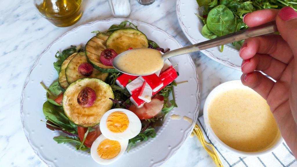 Surimi salat s curry dresingom