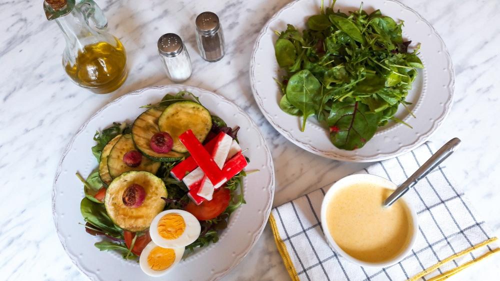 Surimi salata s curry dresingom