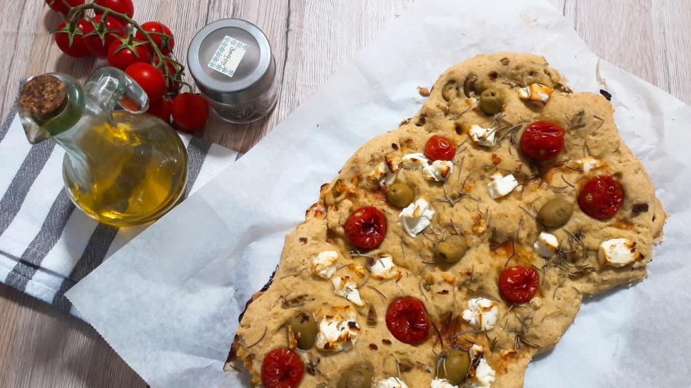 Focaccia s maslinama, cherry rajčicama i feta sirom