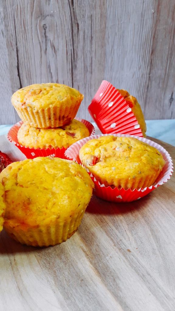 Slani kukuruzni muffini s pečenom paprikom i sirom
