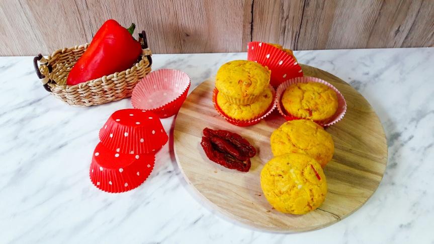 Slani kukuruzni muffini s pečenom paprikom isirom