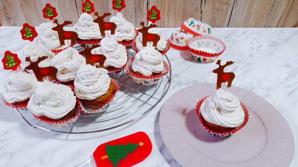 Gingerbread cupcakes s kremom od sira, meda i cimeta