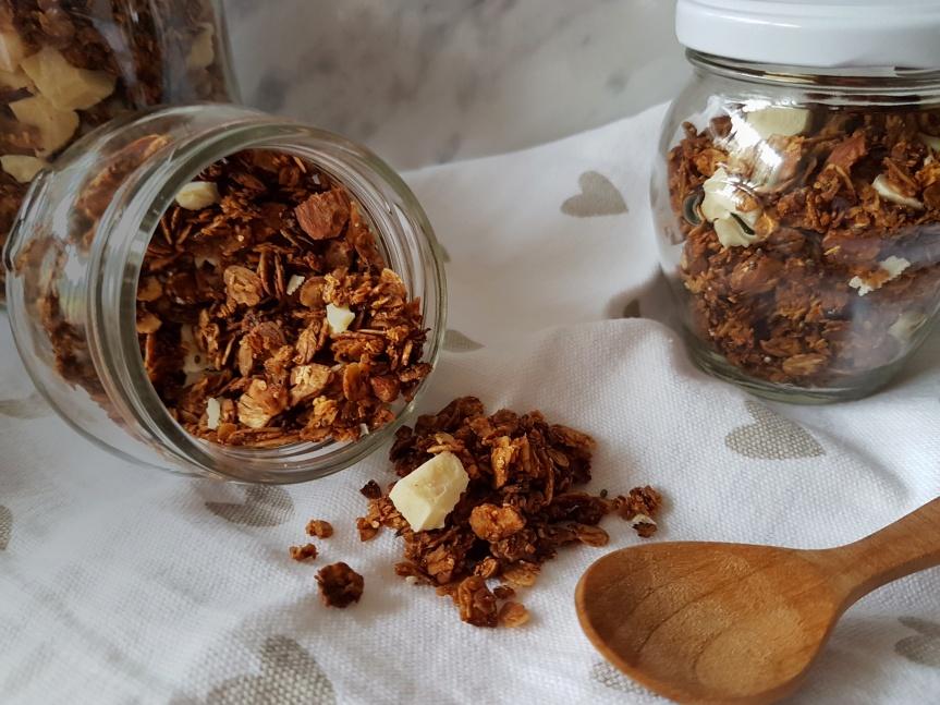 Granola s kokosom, bademima i bijelom čokoladom