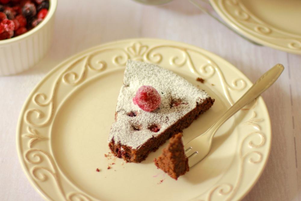 Čokoladna torta s makom i šumskim voćem